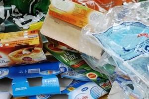 tas d'emballages alimentaires jetés